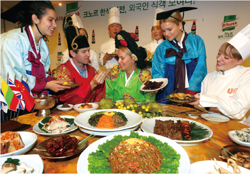 Foreigners enjoying Korean food experience event