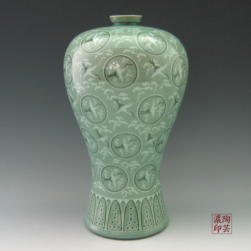 Song Dynasty, Chinese vase & stand. Komor collection NR